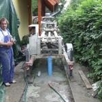 A kész fúrt kút a kavicsolás, és tömedékelés után a csövet a talajhoz közel elvágjuk, hogy a kútfúrógép a munkaterületről kihozható legyen