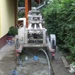 Tisztítószivattyúzás kútfúrás után. A gép már üzemen kívül helyezve, és a kötelező ápolás után készen áll a következő kút fúrására.