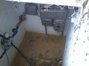Koszos kútakna, nyitott a kút teteje, a felszín alatti vizek szennyeződnek, életveszélyes kútgépészeti elektromos kötések.